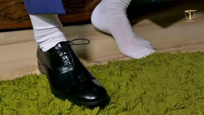 Đi tất trắng với giày đen