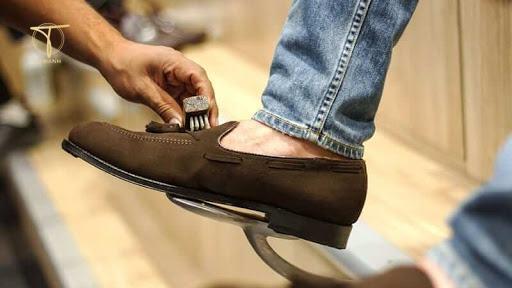 Một đôi giày da cũ, bẩn không được chăm chút