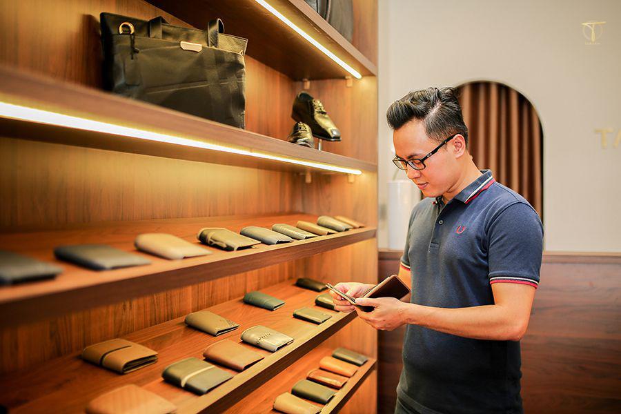 Khách hàng mua ví da nam tại Tâm Anh