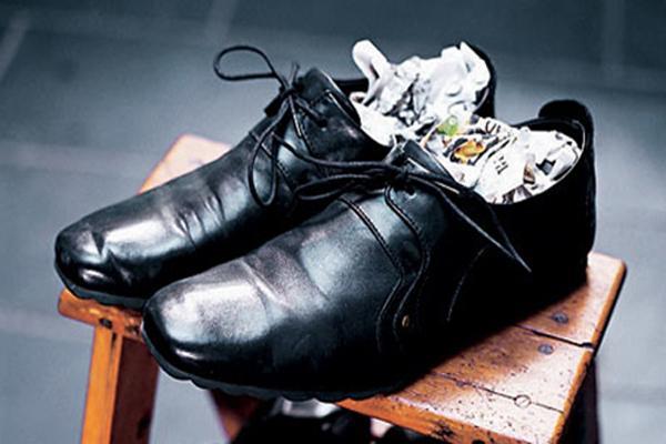 cất giữ giày da bằng giấy báo
