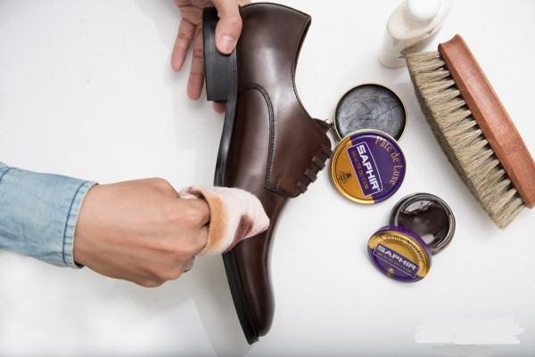đánh xi bảo quản giày da