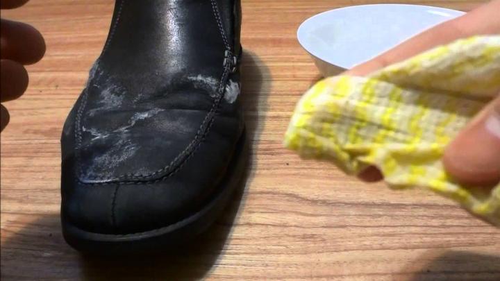 vệ sinh giày da bị nấm mốc