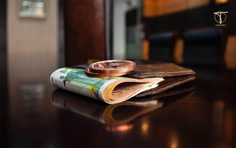 Tiền giấy và ví tiền