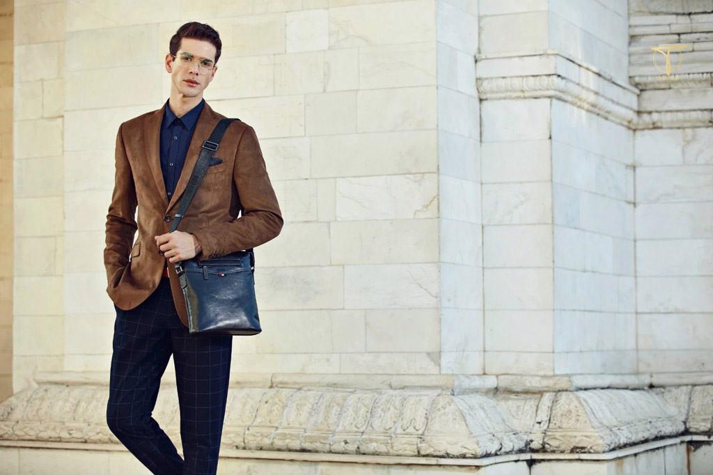 Phối túi đeo chéo, vest và giày tây