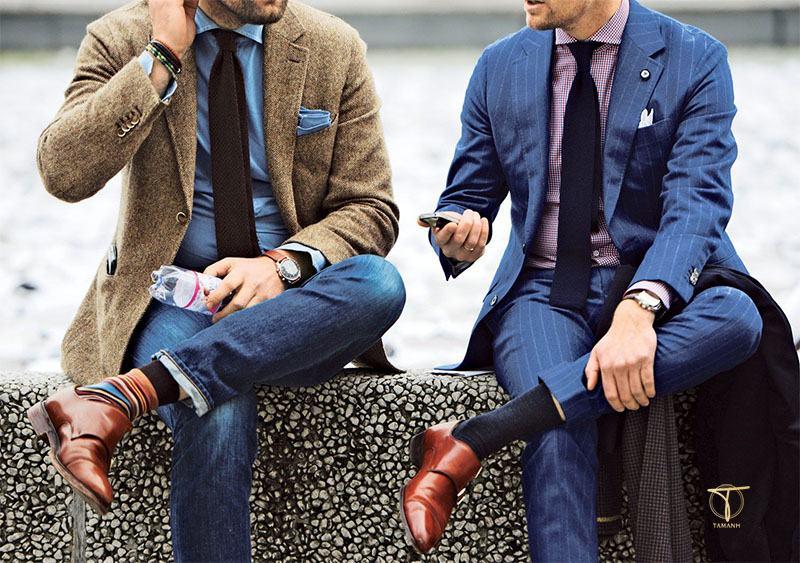 Tất khác màu với bộ vest và giày tây