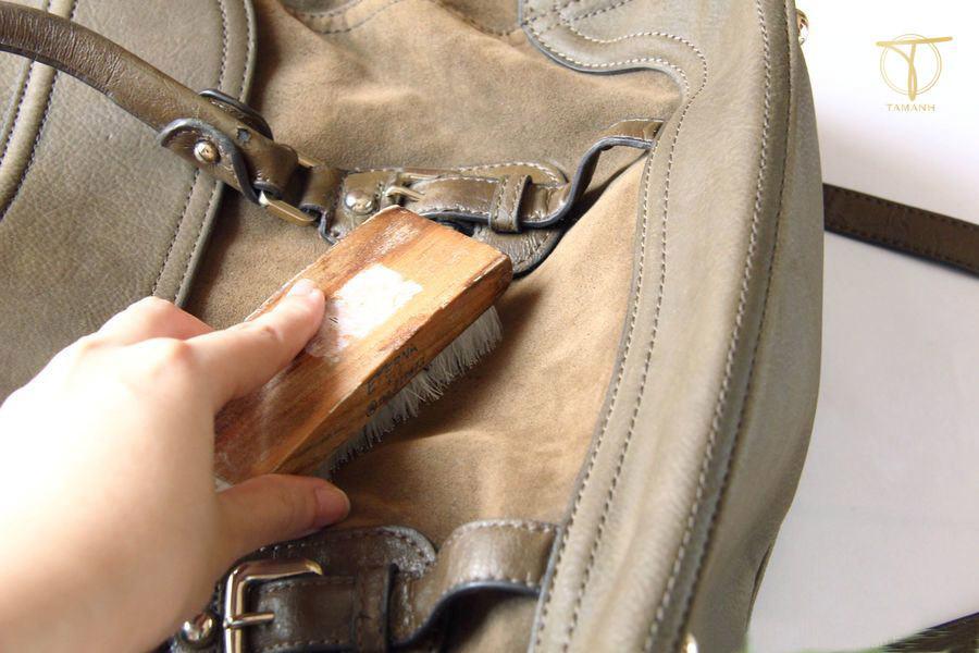 Cách làm sạch túi da lộn