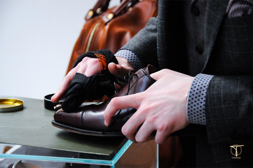 Đánh bóng da giày