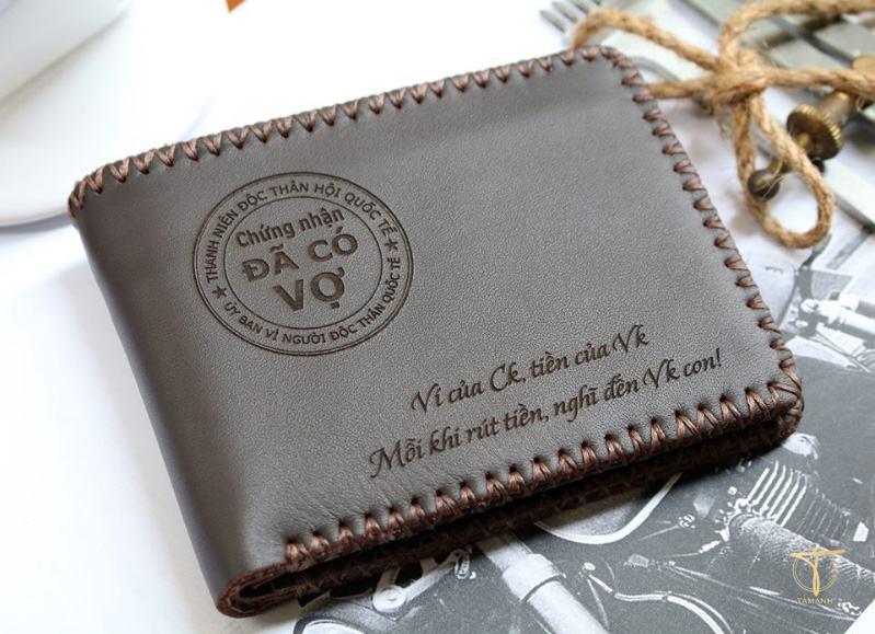 Bạn nên khắc gì lên ví da