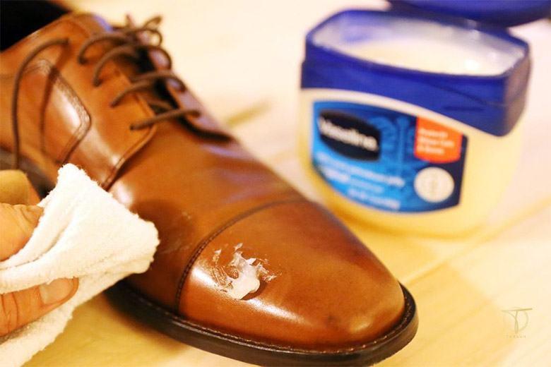 Khắc phục giày da bị xước bằng dấm trắng