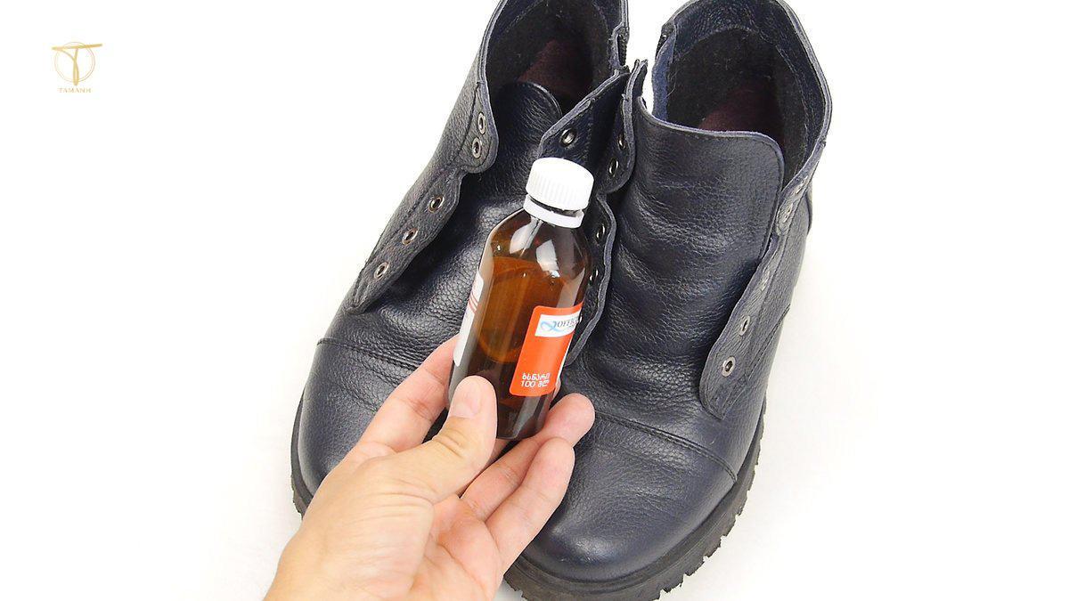 Làm mềm giày da bằng dầu Oliu