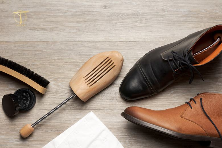 Làm mềm giày da bằng xi đánh giày