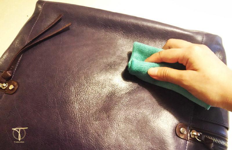 Làm sạch đồ da bằng dầu thông