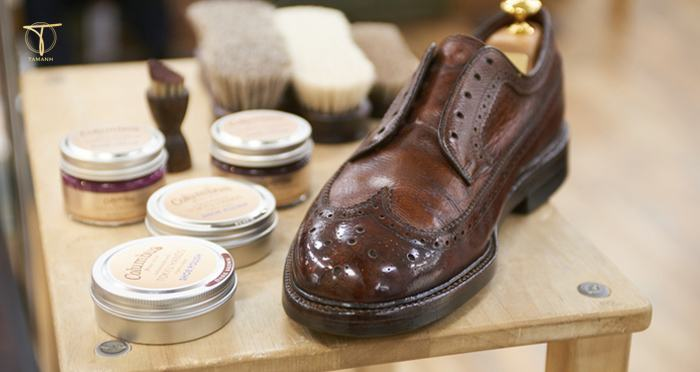 Xử lý giày da bị xước bằng son dưỡng