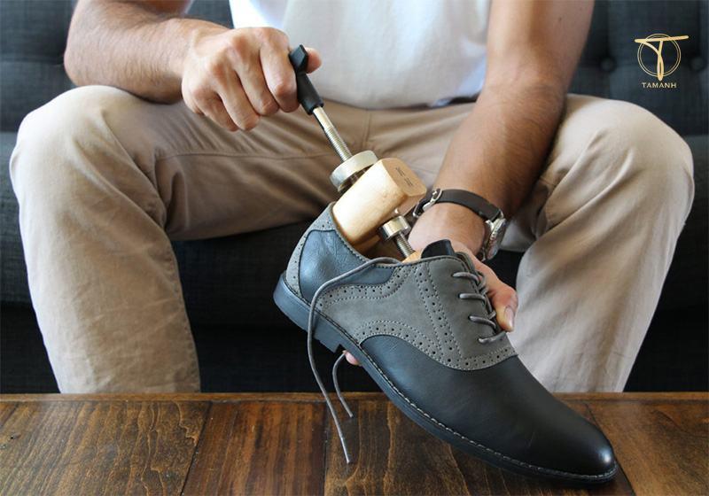 Làm rộng giày da bằng nong giày