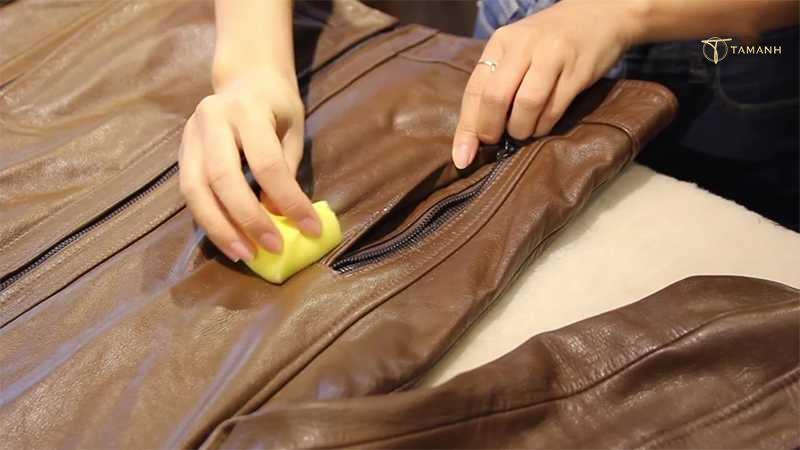 Khử mùi hôi áo da với giấm