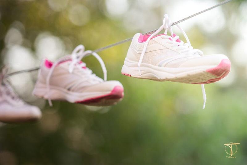 Phơi giày đúng cách