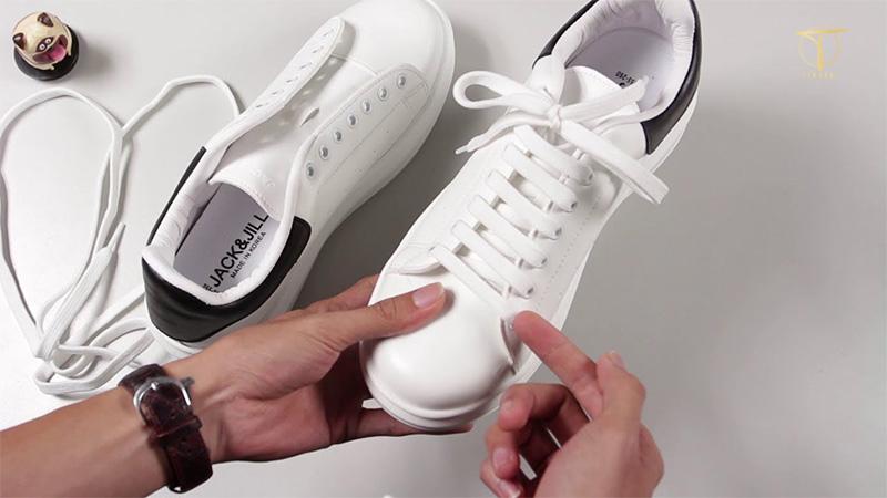 Tháo dây giày và vệ sinh dây giày