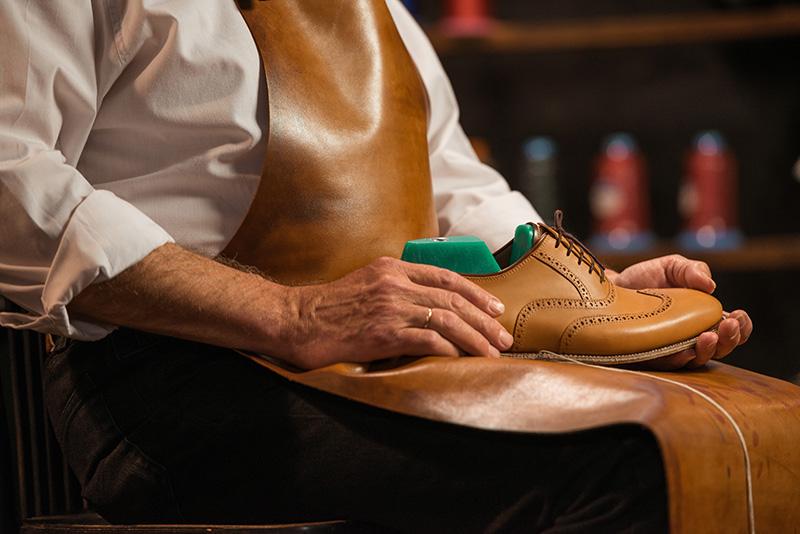 Dùng khuôn giữ dáng giày