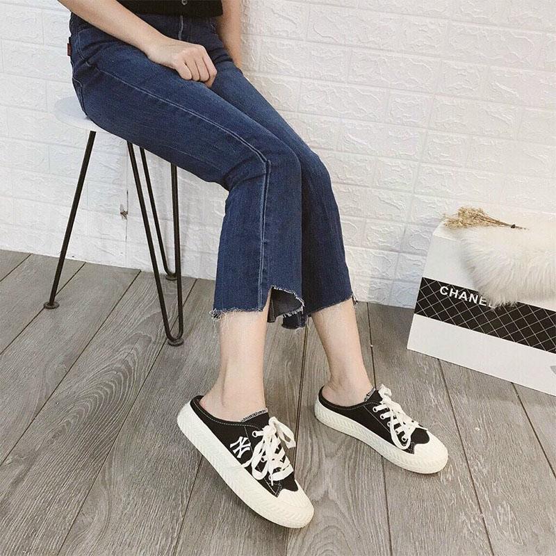 Giày đạp gót phối cùng quần jean áo thun