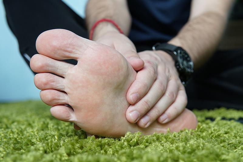 Nguyên nhân đi giày bị đau gót chân